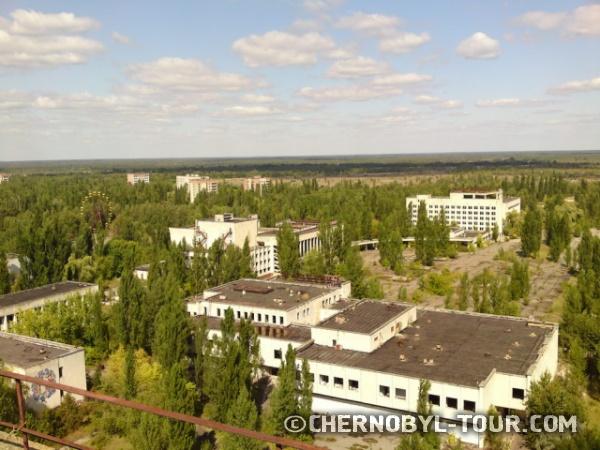 Вид на центр Припяти с крыши 16-тиэтажки